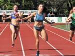 Stefania Di Cuonzo al centro sulla linea d'arrivo, ha segnato il nuovo record sociale sui 100m