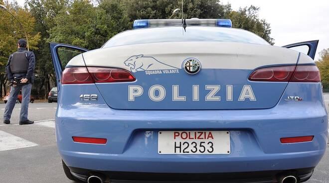Una volante della Polizia è accorsa sul luogo del crimine dopo la segnalazione di una giovane (foto d'archivio)