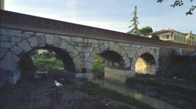 Il ponte sul fiume Rubicone a Savignano (foto d'archivio)