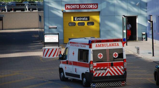 L'ambulanza che sta per arrivare al pronto soccorso del Bufalini di Cesena (foto d'archivio)