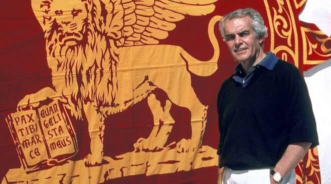 Raul Gardini con la bandiera del suo Moro di Venezia (foto Il Giornale)
