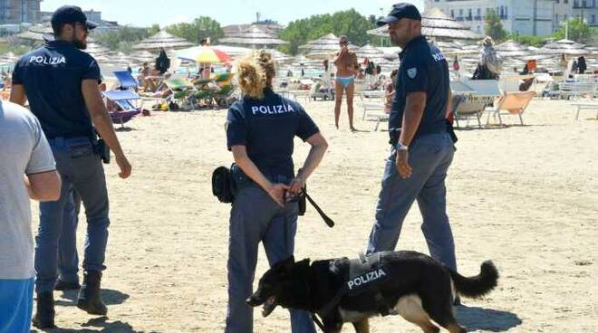 Un momento dei controlli degli uomini della Polizia di Stato di Rimini (foto Questura)