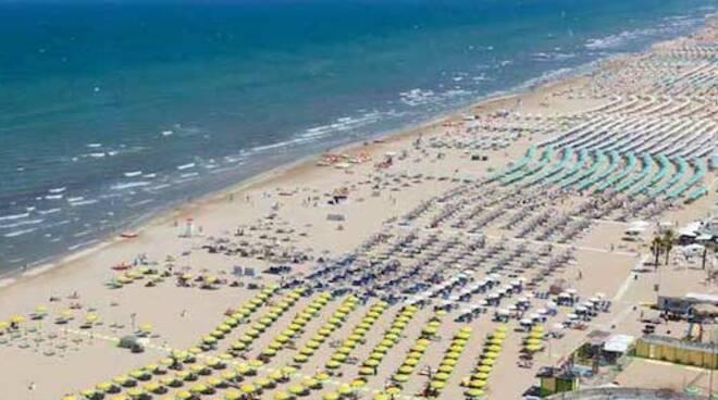 Sulle spiagge romagnole gli stabilimenti balneari la fanno da padroni (foto d'archivio)