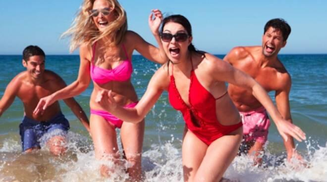 spiaggia mare giovani turismo turisti estate