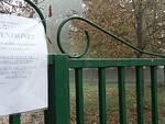 I cartelli affissi sul cancello dell'area sgambamento in Via Augusta Rasponi