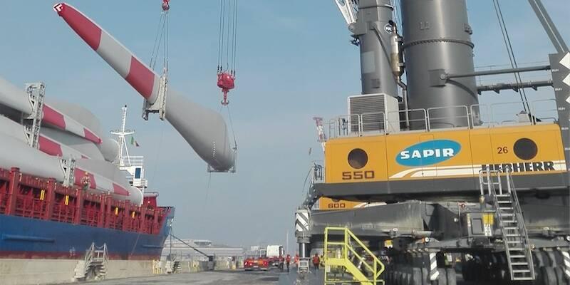 Sbarco delle pale eoliche al terminal Sapir