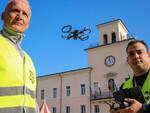 Un'immagine del drone con i piloti del Comune