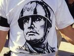 Una maglietta celebrativa di Benito Mussolini (foto d'archivio)
