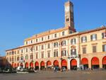 Il municipio di Forlì e la piazza (foto d'archivio)