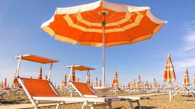 Polemica a Rimini per la richiesta di pagare l'Imu sugli ombrelloni rivolta ai bagnini dalla sede dell'Agenzia dell'Entrate