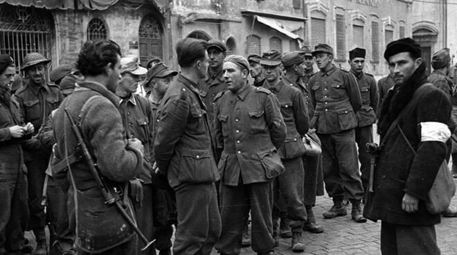 Ravenna, Piazza del Popolo. Foto storica della Liberazione della città nel 1944 (fonte Resistenza mAPPe)