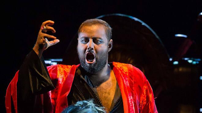 Una scena dell'Otello (foto Zani-Casadio)