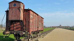Il vagone sui binari del campo di Auschwitz-Birkenau a memoria dello sterminio