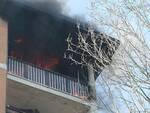 Le fiamme hanno interessato un appartamento all'ultimo piano di una palazzina