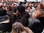 Un'immagine della folla accalcata fuori dal Pala de Andrè
