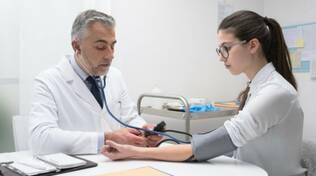 medico misurazione pressione studentessa ragazza