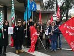 Uno dei presidi organizzati dai sindacati Funzione Pubblica di Forlì-Cesena davanti alle case di cura