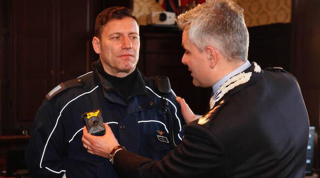 Il Comandante della PM Andrea Giacomini fa indossare la bodycam a un agente