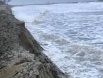 La situazione lungo la spiaggia di Marina Romea (foto inviata dal lettore)