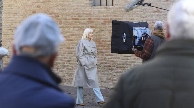 """Raffaella Carrà a Ravenna """"gira"""" presso la Tomba di Dante"""