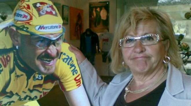 Tonina Pantani con una gigantografia del Pirata