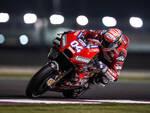 Andrea Dovizioso, 32 anni, in sella alla Ducati durante i recenti test in nottuna in Qatar (foto media Ducati)