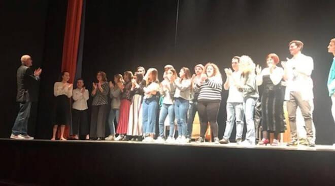 Gli allievi di tam, sul palco dei Teatro Rasi, al termine dello spettacolo
