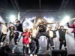 I talenti possono esibirsi dal vivo e mostrare il proprio talento sul palcoscenico nelle categorie canto, ballo e video