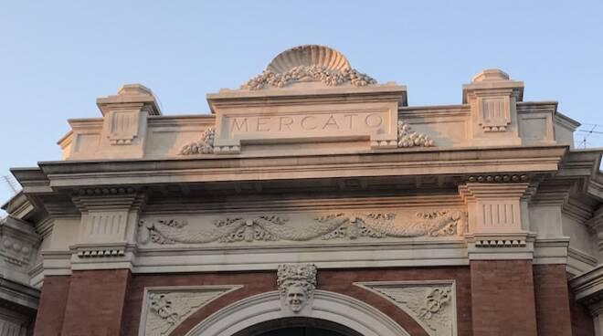 La parte superiore del portale d'ingresso del Mercato Coperto di Ravenna restaurata