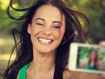 La selfie-mania: almeno 4 scatti prima di pubblicare la foto sui social e se non prende abbastanza like, si cancella