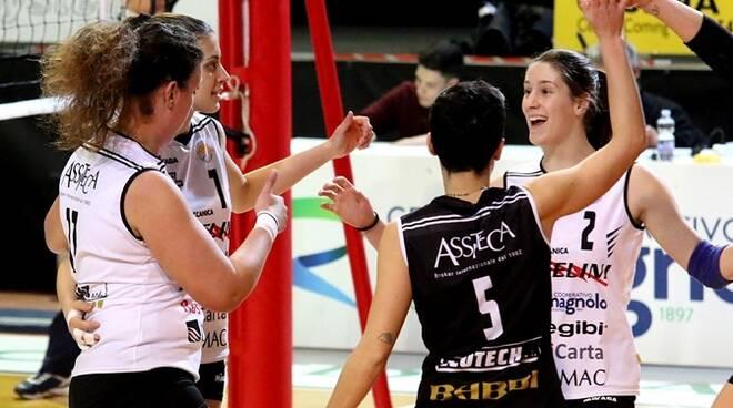 Nella foto: l'Elettromeccanica Angelini festeggia dopo un punto; Federica Polletta col n.2 e, di spalle, Nicoletta Fabbri col n.5.