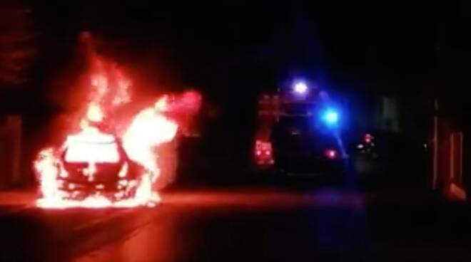 Auto in fiamme in Via Canalazzo ( foto tratta da Ravenna Sos Sicurezza)