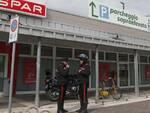 I Carabinieri davanti all'Eurospar dopo la rapina