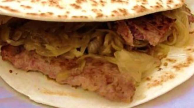 Piadina romagnola con salsiccia e cipolle