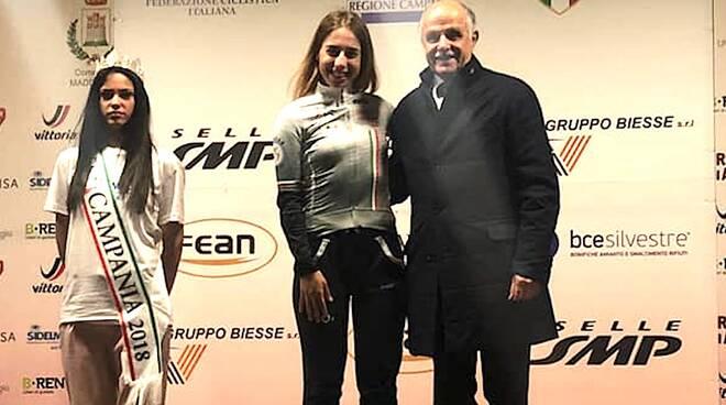 Sofia Collinelli con la maglia bianca di leader delle giovani dopo la prima tappa del Giro della Campania in Rosa