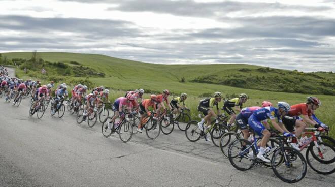 Un'immagine dei ciclisti impegnati nel Giro d'Italia