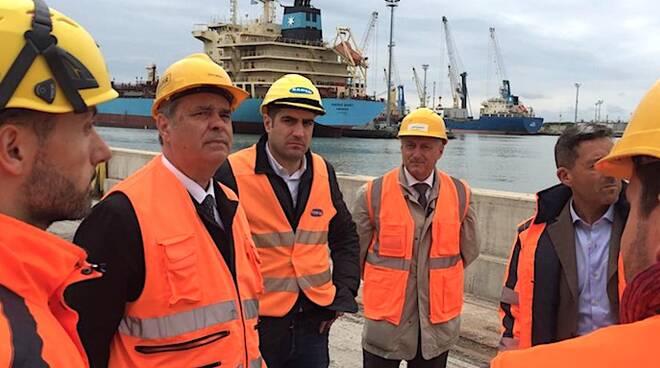 Un'immagine della visita di Achille Variati con il sindaco Michele de Pascale al porto di Ravenna
