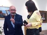 """Alfrdedo Pavone alla galleria """"Arte & vacanze"""" durante l'inaugurazione della mostra"""