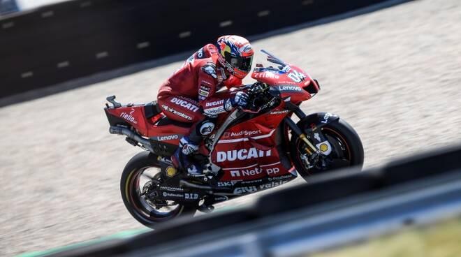 Andrea Dovizioso, 33 anni, in sella alla sua Ducati sulla pista olandese di Assen (foto media Ducati)