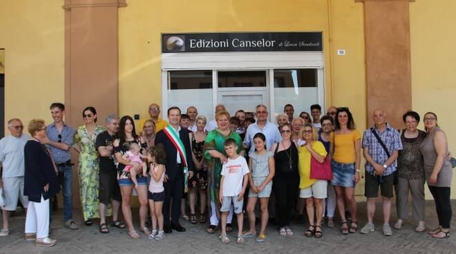 Cittadini e volontari dell'associazione culturale Etica&Mente con il sindaco di Meldola, Roberto Cavallucci