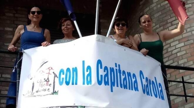 Il cartello al balcone della Casa delle donne
