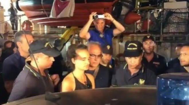 Il momento dell'arresto della capitana Carola Rackete