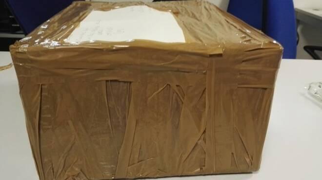 Il pacco con tre pc portatili rubati che i malviventi stavano per spedire dall'ufficio postale Bologna-Fiera (foto Polizia)