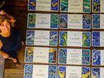 La mosaicista Anna Fietta con le targhe già realizzate ed affisse nel centro storico di Ravenna