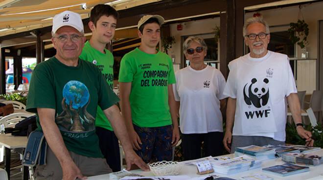Studenti assieme a membri del WWF nell'ultimo giorno di scuola
