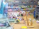 Un'immagine del negozio dopo il furto