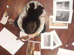 Una bimba mentre realizza una sua creazione in occasione del mese dell'arte
