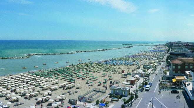 Una spiaggia della riviera adriatica (foto d'archivio)