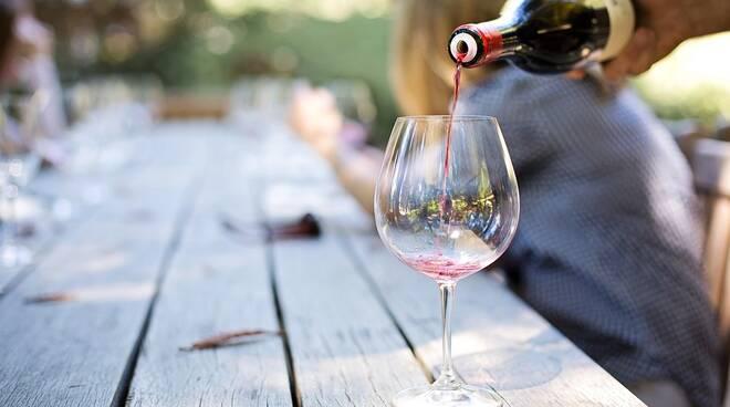 bicchiere vino rosso degustazione