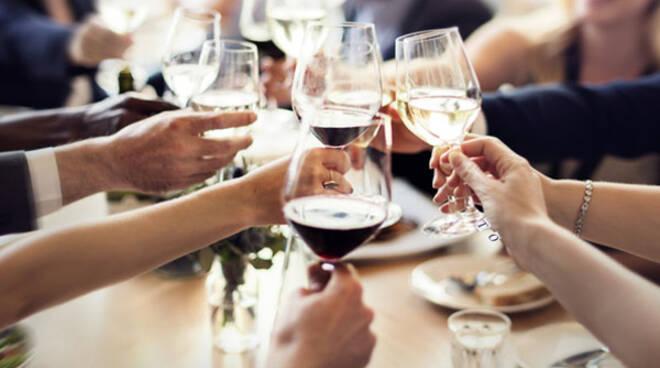 cena-brindisi-vino